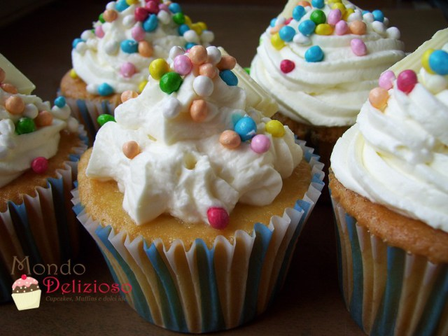 Cupcakes alla Panna e Vaniglia con frosting alla Vaniglia